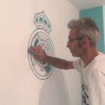 Instalando Vinilo Escudo Real Madrid 4